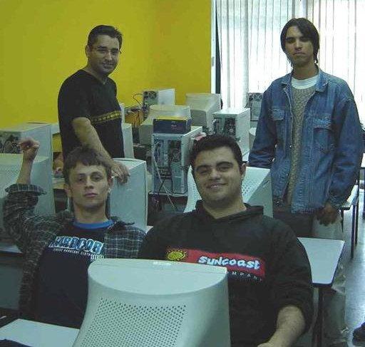 Sim, esse de flanela sou eu no curso técnico, ao lado do meu amigo John, e logo atrás é o Felipe Moura