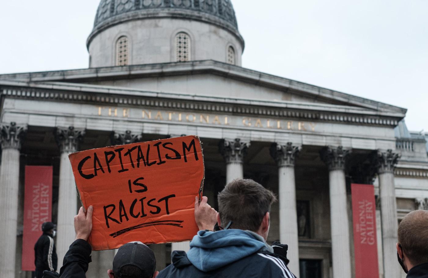 Imagem do post com o título: O capitalismo é racista por natureza?